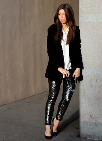 Cómo combinar: abrigo de piel negro, camisa de vestir blanca, pantalones pitillo de lentejuelas plateados, zapatos de tacón de cuero negros
