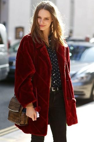 Cómo combinar: abrigo de piel rojo, camisa de vestir a lunares en negro y blanco, vaqueros pitillo negros, bolso bandolera de cuero con print de serpiente marrón