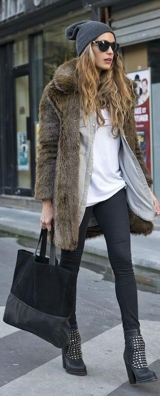 Cómo combinar: abrigo de piel marrón, camisa vaquera gris, camiseta con cuello circular blanca, leggings negros