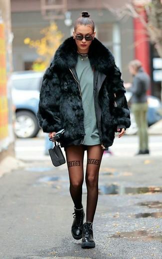 Cómo combinar: abrigo de piel negro, camiseta con cuello circular en verde menta, botas planas con cordones de cuero negras, gafas de sol negras