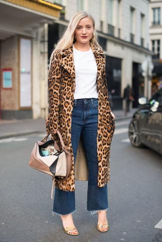 Cómo combinar: abrigo de piel de leopardo marrón claro, camiseta con cuello circular blanca, falda pantalón vaquera azul, sandalias de tacón de cuero doradas