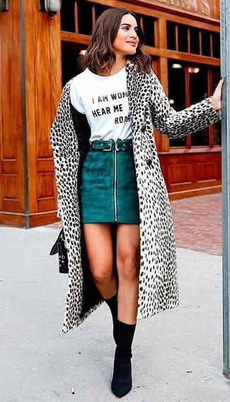 Cómo combinar: abrigo de piel en blanco y negro, camiseta con cuello circular estampada en blanco y negro, minifalda de ante en verde azulado, botines de elástico negros