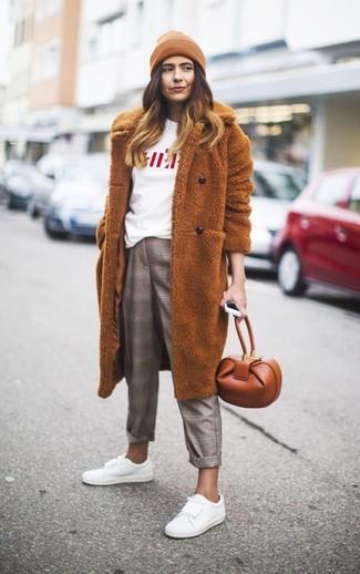 Cómo combinar: abrigo de piel en tabaco, camiseta con cuello circular estampada en blanco y rojo, pantalón de vestir de tartán gris, tenis de cuero blancos