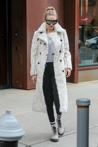 Cómo combinar: abrigo de piel blanco, camiseta con cuello circular blanca, pantalones pitillo de lana en gris oscuro, botas planas con cordones de cuero blancas