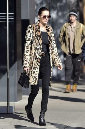 Cómo combinar: abrigo de piel de leopardo marrón claro, camiseta con cuello circular negra, pantalones pitillo negros, botines con cordones de cuero negros