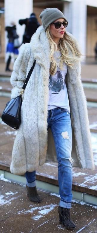 Empareja un abrigo de piel gris con unos vaqueros boyfriend desgastados azules para crear una apariencia elegante y glamurosa. Botines de ante con tachuelas azul marino dan un toque chic al instante incluso al look más informal.