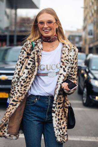 Cómo combinar: abrigo de piel de leopardo marrón claro, camiseta con cuello circular estampada blanca, vaqueros azul marino, bolso bandolera de cuero negro