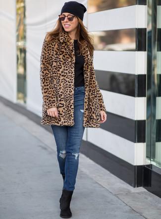 Cómo combinar: abrigo de piel de leopardo marrón claro, camiseta con cuello circular negra, vaqueros pitillo desgastados azules, botines de ante negros