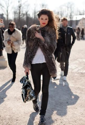 Cómo combinar: abrigo de piel en gris oscuro, camiseta con cuello circular blanca, vaqueros pitillo negros, tenis de cuero con adornos negros