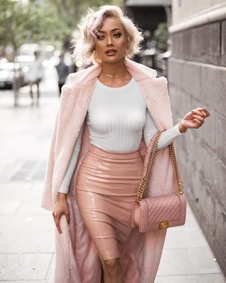 Cómo combinar: abrigo de piel rosado, camiseta de manga larga blanca, falda lápiz de cuero rosada, bolso bandolera de cuero acolchado rosado