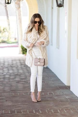 Una camiseta y unos vaqueros pitillo blancos son prendas que debes tener en tu armario. ¿Te sientes valiente? Completa tu atuendo con zapatos de tacón de cuero beige.