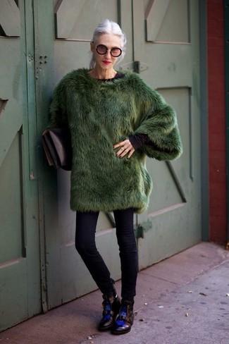 Cómo combinar: abrigo de piel verde oscuro, camiseta de manga larga negra, vaqueros pitillo negros, botas planas con cordones de cuero negras