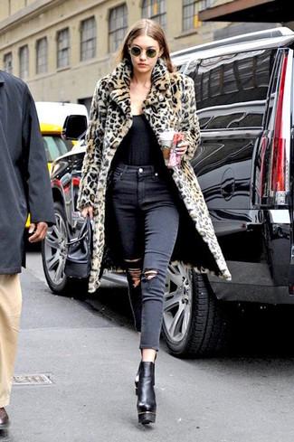 Cómo combinar: abrigo de piel de leopardo marrón claro, camiseta sin manga negra, vaqueros pitillo desgastados negros, botines de cuero gruesos negros