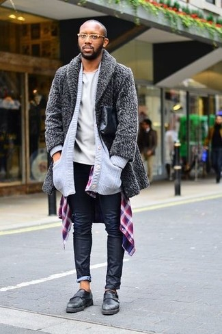 Cómo combinar: abrigo de piel gris, cárdigan de punto gris, camisa de manga larga de tartán morado, camiseta con cuello circular gris