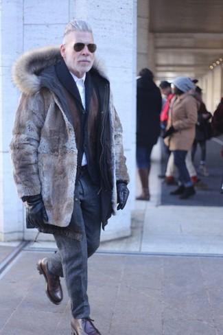 Cómo combinar un pantalón de vestir de lana en gris oscuro: Emparejar un abrigo de piel marrón junto a un pantalón de vestir de lana en gris oscuro es una opción excelente para una apariencia clásica y refinada. Si no quieres vestir totalmente formal, complementa tu atuendo con botas safari de cuero en marrón oscuro.