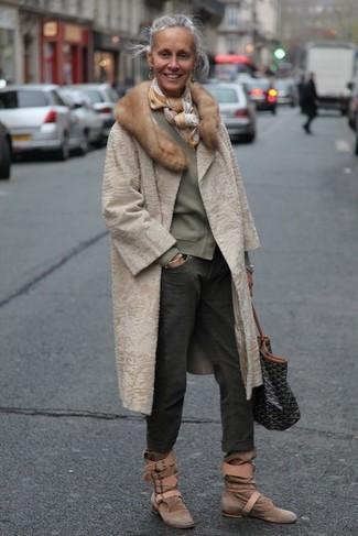 Cómo combinar: abrigo de piel en beige, cárdigan verde oliva, vaqueros boyfriend en gris oscuro, botines de ante marrónes