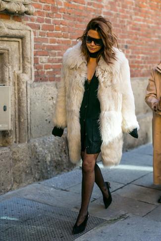 Cómo combinar: abrigo de piel en beige, cárdigan grueso negro, vestido de tirantes de encaje negro, zapatos de tacón de ante negros