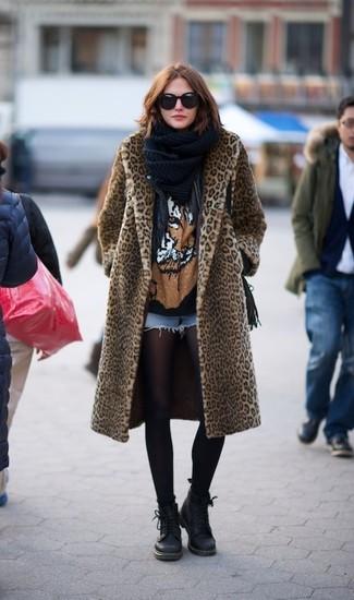 Cómo combinar: abrigo de piel de leopardo marrón claro, chaqueta motera de cuero negra, camiseta con cuello circular estampada negra, pantalones cortos vaqueros celestes