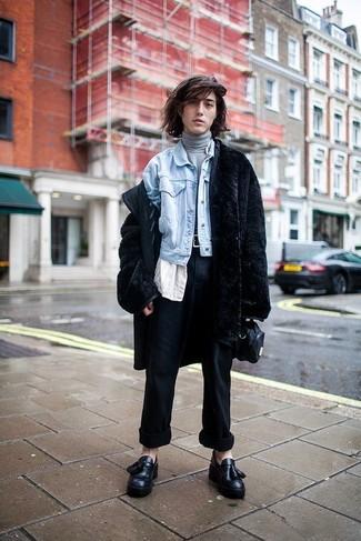 Cómo combinar: abrigo de piel negro, chaqueta vaquera celeste, jersey de cuello alto gris, camisa de manga corta blanca
