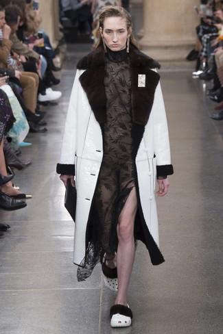 Combinar abrigo negro largo mujer