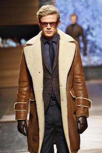 Cómo combinar: abrigo de piel de oveja marrón, blazer de lana de cuadro vichy en marrón oscuro, camisa de vestir en gris oscuro, pantalón de vestir de lana en gris oscuro
