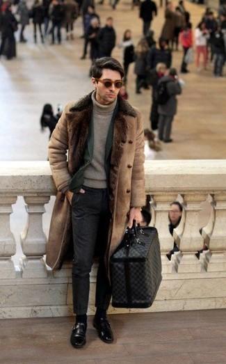 Cómo combinar unos zapatos con hebilla de cuero negros para hombres de 30 años: Ponte un abrigo de piel de oveja marrón claro y un pantalón chino en gris oscuro para una vestimenta cómoda que queda muy bien junta. Agrega zapatos con hebilla de cuero negros a tu apariencia para un mejor estilo al instante.