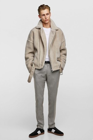 Cómo combinar: abrigo de piel de oveja en beige, camiseta con cuello circular blanca, pantalón de vestir gris, tenis de ante negros