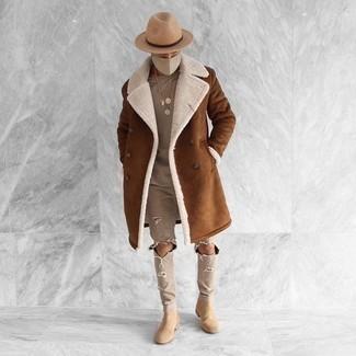 Cómo combinar unos botines chelsea de ante en beige: Empareja un abrigo de piel de oveja marrón junto a unos vaqueros desgastados en beige para un look agradable de fin de semana. Opta por un par de botines chelsea de ante en beige para mostrar tu inteligencia sartorial.