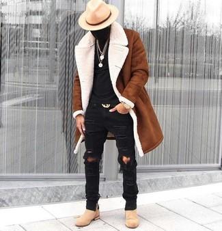 Cómo combinar: abrigo de piel de oveja en tabaco, camiseta con cuello circular negra, vaqueros pitillo desgastados negros, botines chelsea de ante en beige