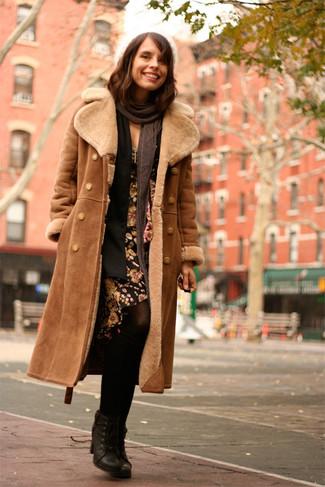 Cómo combinar: abrigo de piel de oveja marrón, cárdigan abierto negro, vestido tubo con print de flores negro, botines con cordones de cuero negros