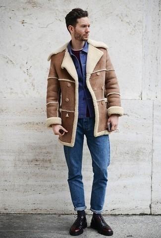 Cómo combinar unos calcetines azul marino: Emparejar un abrigo de piel de oveja marrón con unos calcetines azul marino es una opción inigualable para el fin de semana. Zapatos oxford de cuero burdeos añaden la elegancia necesaria ya que, de otra forma, es un look simple.