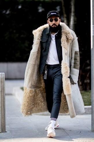 Cómo combinar una gorra de béisbol estampada en negro y blanco en invierno 2021: Equípate un abrigo de piel de oveja en beige junto a una gorra de béisbol estampada en negro y blanco para un look agradable de fin de semana. Deportivas blancas son una opción perfecta para complementar tu atuendo. Si tu en busca de un atuendo invernal, este es para ti.