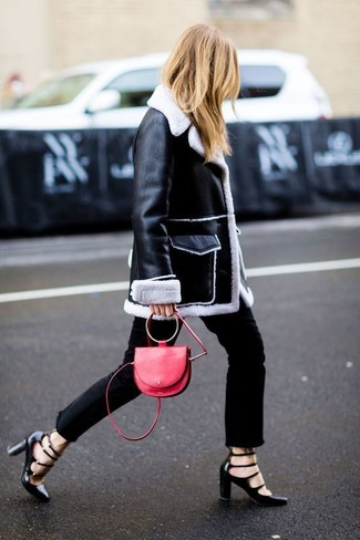 Look de moda: Abrigo de Piel de Oveja en Negro y Blanco, Vaqueros Negros, Zapatos de Tacón de Cuero con Recorte Negros, Bolso Bandolera de Cuero Rojo
