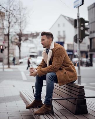 Cómo combinar: abrigo de piel de oveja en tabaco, camisa vaquera azul, vaqueros pitillo azules, botas casual de ante marrónes