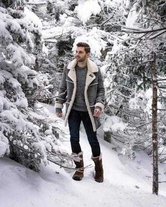 Cómo combinar: abrigo de piel de oveja gris, jersey con cuello circular gris, vaqueros pitillo azul marino, botas para la nieve verde oliva