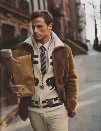 Cómo combinar: abrigo de piel de oveja marrón, jersey con cremallera de punto en beige, camisa de vestir violeta claro, pantalón de vestir en beige