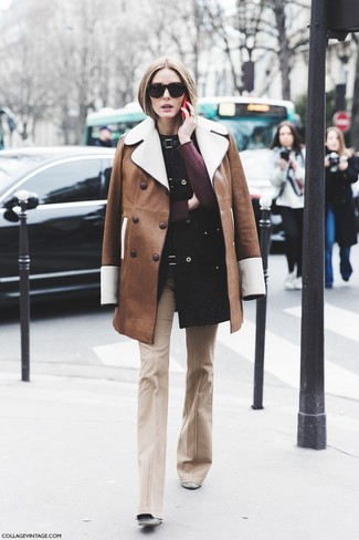 Cómo combinar unos botines de ante grises: Si buscas un estilo adecuado y a la moda, intenta ponerse un abrigo de piel de oveja marrón y un pantalón de campana en beige. Botines de ante grises son una opción incomparable para completar este atuendo.