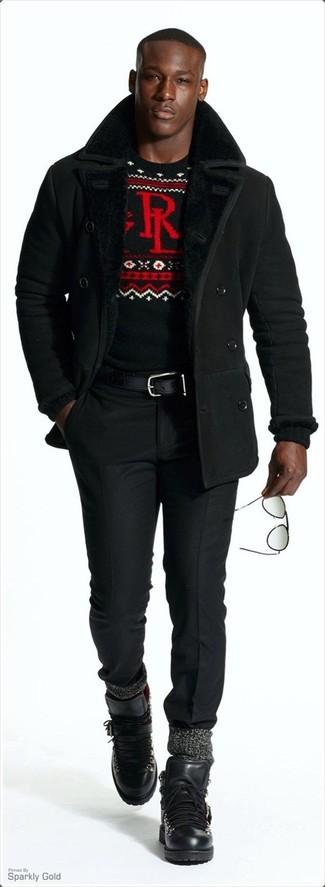 Cómo combinar unas botas de trabajo de cuero negras: Elige un abrigo de piel de oveja negro y un pantalón de vestir negro para rebosar clase y sofisticación. Si no quieres vestir totalmente formal, complementa tu atuendo con botas de trabajo de cuero negras.
