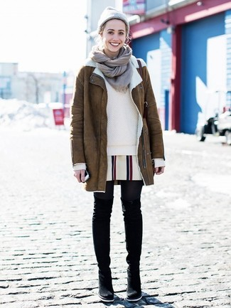 Cómo combinar: abrigo de piel de oveja marrón, jersey con cuello circular en beige, vestido recto de rayas verticales blanco, botas sobre la rodilla de ante negras