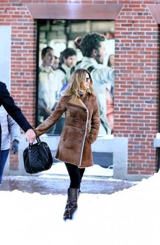 Cómo combinar: abrigo de piel de oveja marrón, jersey de cuello alto en beige, pantalones pitillo negros, botas de caña alta de cuero negras