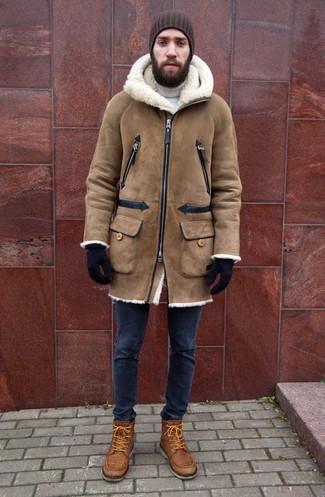 Cómo combinar: abrigo de piel de oveja marrón claro, jersey de cuello alto blanco, vaqueros pitillo azul marino, botas casual de cuero marrón claro