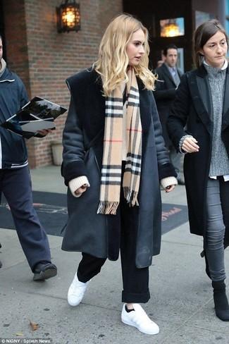 Cómo combinar: abrigo de piel de oveja negro, jersey oversized de punto en beige, pantalones anchos negros, tenis de cuero blancos