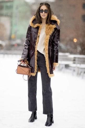 Cómo combinar un bolso bandolera de cuero marrón claro: Emparejar un abrigo de piel de oveja burdeos junto a un bolso bandolera de cuero marrón claro es una opción inigualable para el fin de semana. Botines de cuero negros son una opción excelente para complementar tu atuendo.