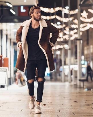 Cómo combinar: abrigo de piel de oveja marrón, camiseta con cuello circular negra, vaqueros desgastados negros, deportivas en beige