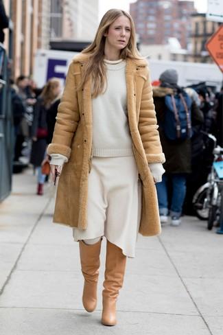 Cómo combinar: abrigo de piel de oveja marrón claro, jersey con cuello circular blanco, falda midi de lana blanca, botas de caña alta de cuero marrón claro