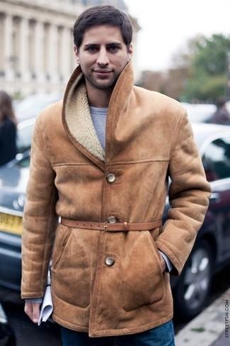 Cómo combinar: abrigo de piel de oveja marrón claro, sudadera gris, vaqueros azules, correa de cuero marrón claro