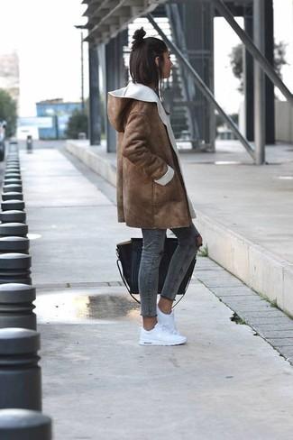 Cómo combinar: abrigo de piel de oveja marrón, vaqueros pitillo desgastados en gris oscuro, tenis blancos, bolsa tote de cuero negra