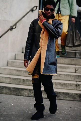 Cómo combinar: abrigo de piel de oveja negro, pantalón de chándal estampado negro, botas ugg negras, gafas de sol negras