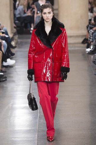 Cómo combinar: abrigo de piel de oveja rojo, pantalones anchos rojos, botines de cuero rojos, bolso de hombre de cuero acolchado negro
