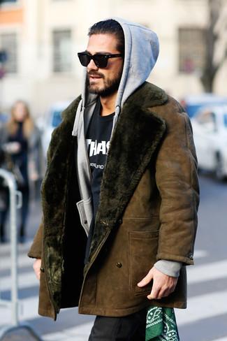 Cómo combinar: abrigo de piel de oveja marrón, sudadera con capucha gris, camiseta con cuello circular estampada en negro y blanco, pantalón de vestir negro